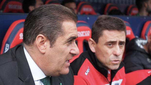 José Ramón Sandoval junto a Ismael Martínez en el banquillo del estadio El Sadar