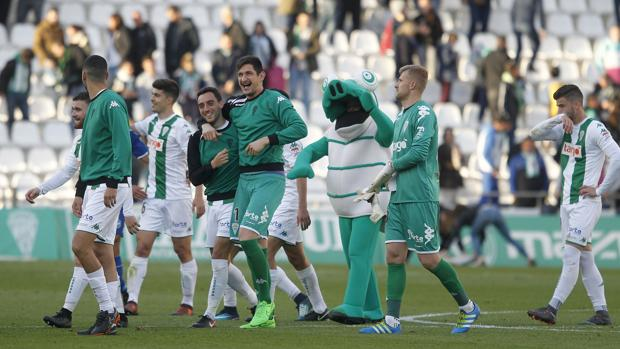 Los jugadores del Córdoba celebran la victoria ante e Lorca