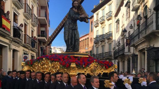 Un momento de la procesión, ayer en Priego