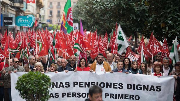 Manifestación encabezada por los sindicatos por la defensa de las pensiones, en la calle Cruz Conde