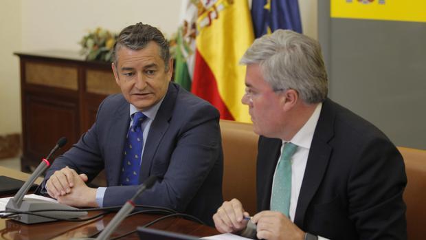 Antonio Sanz y Fernández de Moya informan de las rebajas fiscales en la delegación del Gobierno en Andalucía