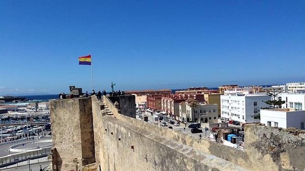 Imagen de la bandera republicana ondenado en la torre del castillo de Guzmán el Bueno.