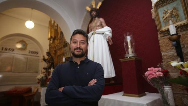 Joaquín Cortes Molina, ante la imagen de Jesús del Amor.
