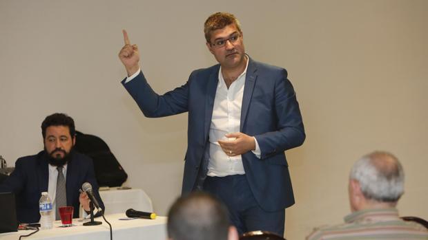 Javier Gil, durante su conferencia en Córdoba