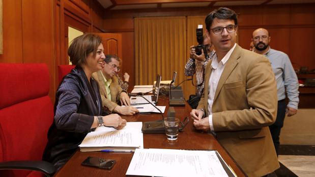 La alcaldesa y el edil de Urbanismo dialogan, antes del inicio de un Pleno
