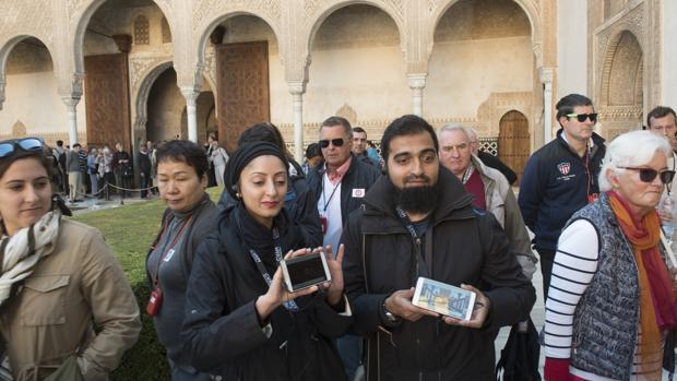 Turistas visitando la Alhambra de Granada