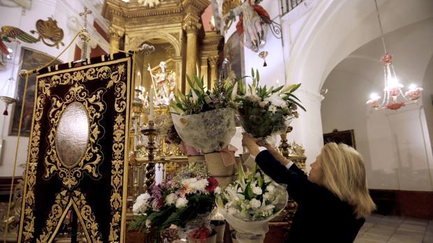 Flores depositadas a los pies de San Rafael en su ofrenda en la iglesia del Juramento de Córdoba