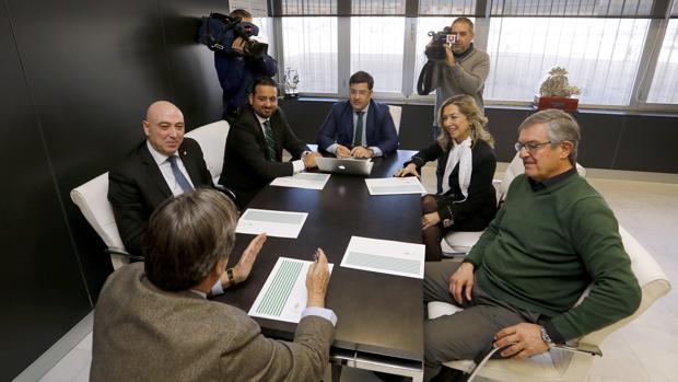 Diego Medina, a la izquierda de la imagen, durante una reunión del Consejo