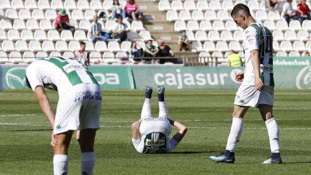 Decepción de varios jugadores del Córdoba CF tras encajar un gol ante el Huesca