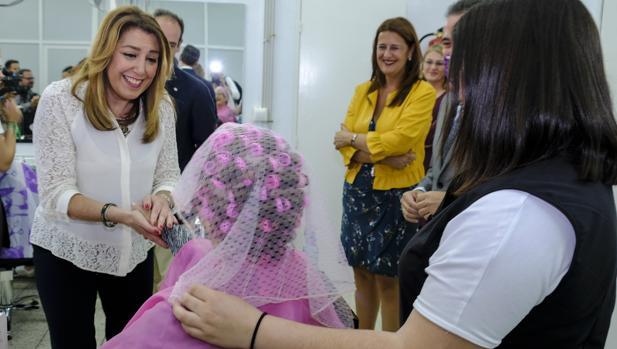Susana Díaz en la visita que ha realizado el lunes al IES «La Palma», en la Palma del Condado (Huelva)