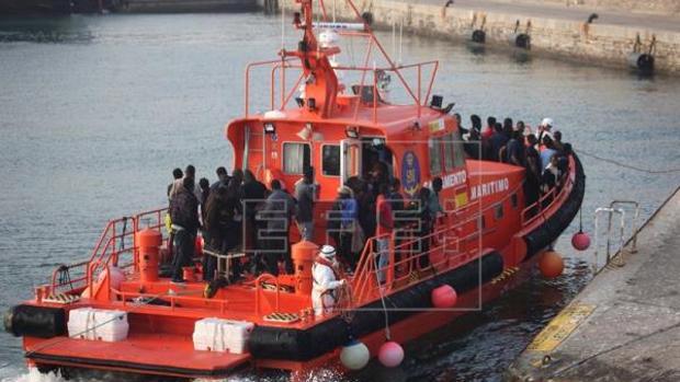 Una embarcación de Salvamento Marítimo, con inmigrantes tras ser rescatados