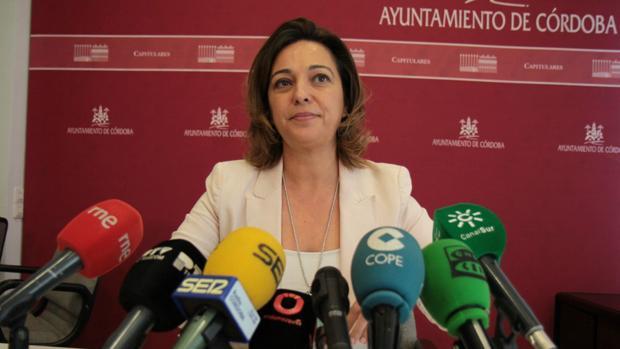 La alcaldesa, hoy durante su comparecencia para informar de la climatización en los colegios