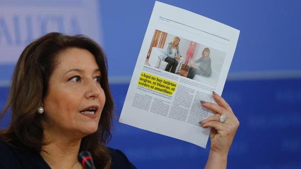 Carmen Crespo muestra un recorte de prensa