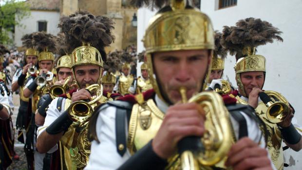 Centuria romana abriendo el cortejo de la hermandad del Resucitado
