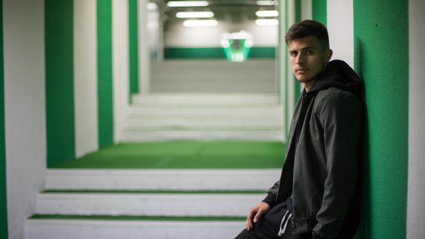 El colombiano del Córdoba CF Juanjo Narváez, en el túnel de vestuarios de El Arcángel