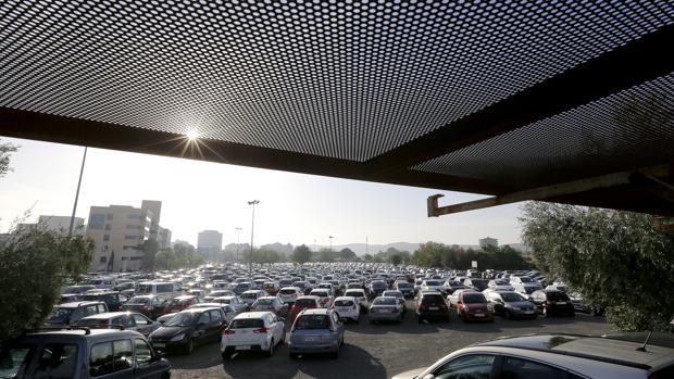Coches estacionados junto al Hospital Reina Sofía