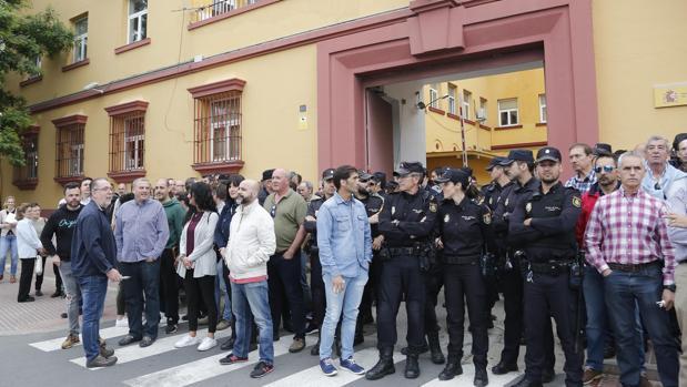 Concentración de policías nacionales, ayer en apoyo al agente brutalmente agredido