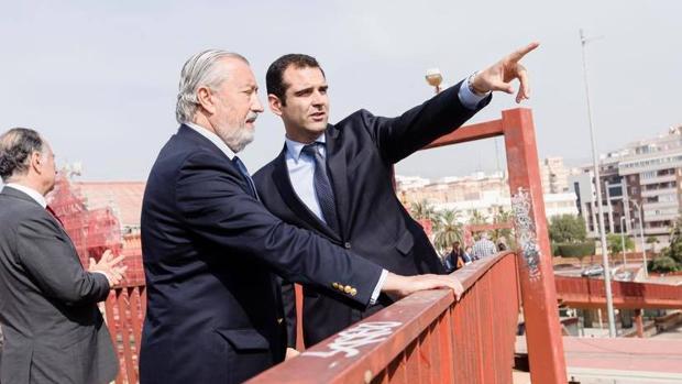 Fernández-Pacheco muestra a Gómez-Pomar el trayecto de vías que divide la ciudad