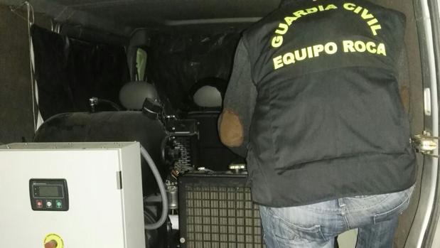 Equipo Roca de la Guardia Civil con material recuperado a la banda