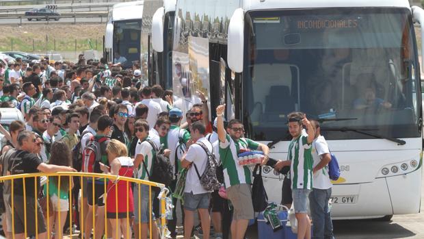 La salida de seguidores del Córdoba CF en autocar a un desplazamiento del equipo