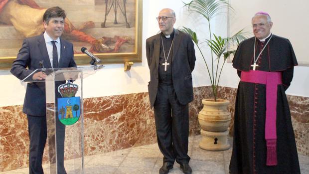 El acalde de Montilla junto al cardenal arzobispo de Barcelona y el obispo de Córdoba