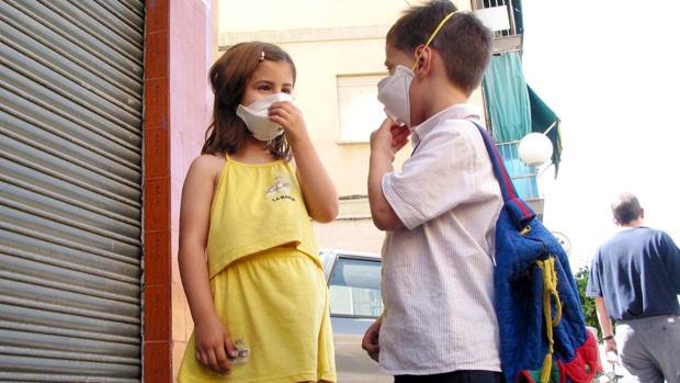 Niños con mascarilla en Jaén para hacer frente al polen del olivo