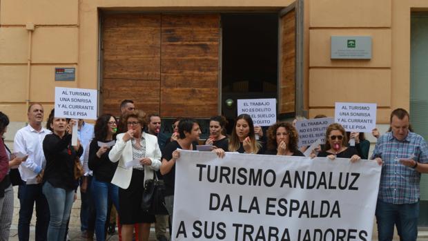 Trabajadores concentrados el jueves en la puerta de Turismo Andaluz, en Málaga
