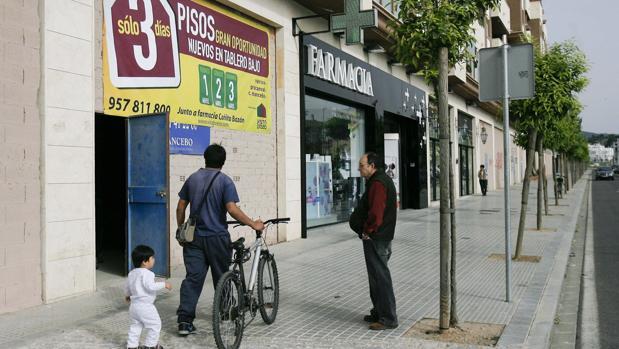 Imagen de un cartel promocional de venta de pisos en Córdoba