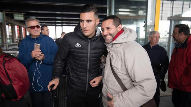 Sergi Guardiola posa con un aficionado en la Estación de Córdoba