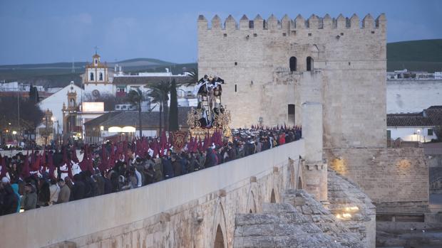 Paso del Descendimiento por el Puente Romano