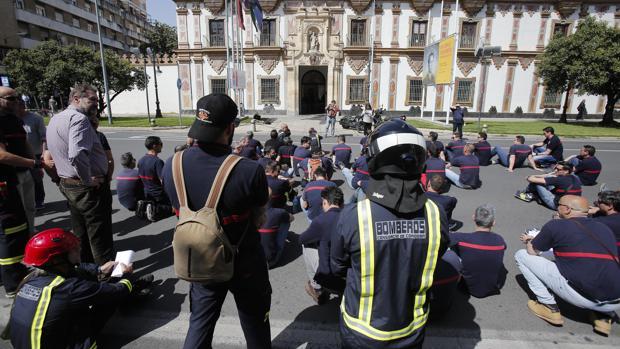 Protesta de bomberos ante la sede de la Diputación Provincial