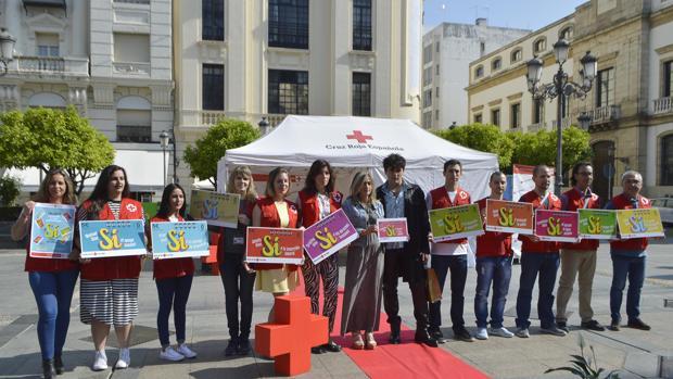 Participantes en el desfile, con la presidenta de Cruz Roja y Palomo Spain