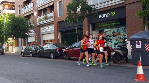 Varios corredores en la prueba de Los Califas a su paso por la avenida de Guerrita