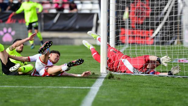 Acción de Fernández que terminó en gol para el Córdoba CF frente al Rayo Vallecano