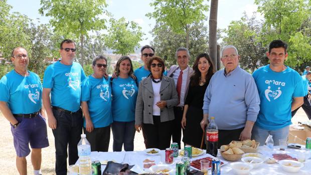 Miembros de Amara junto al alcalde de Lucena y familiares de los asociados