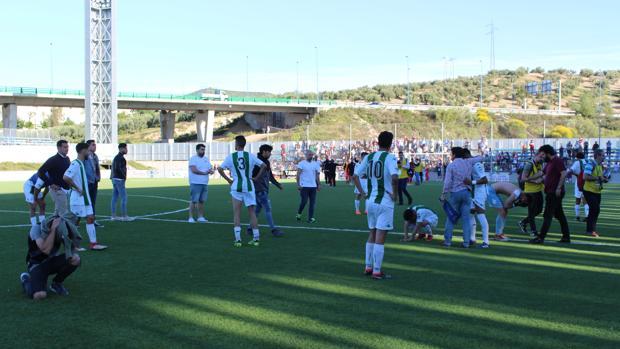 Decepción de los jugadores del Córdoba B tras la derrota y el descenso