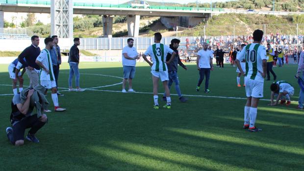 Imagen de la desolación de los jugadores del Córdoba B a la conclusión del partido