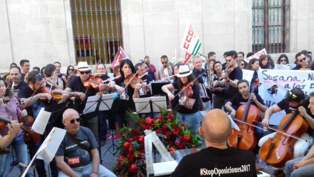 Acto de protesta de docentes interinos de música frente al Ayuntamiento de Sevilla el pasado año