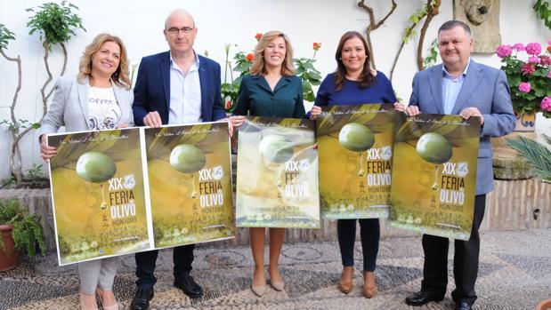 Organizadores de la XIX Feria del Olivo de Montoro, con el cartel de la cita