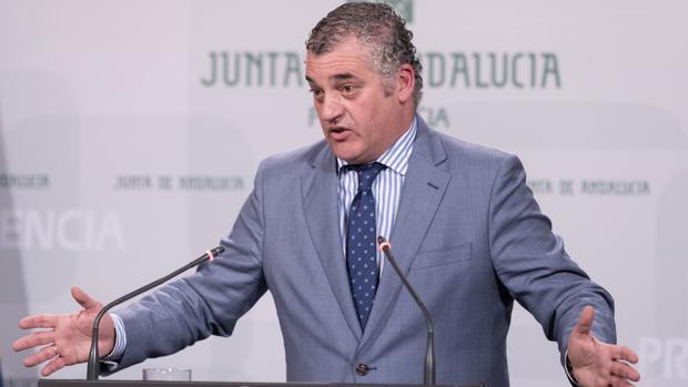 El consejero andaluz de Empleo, Javier Carnero, en una rueda de prensa en noviembre