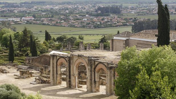Ruinas de Medina Azahara con parcelaciones ilegales al fondo