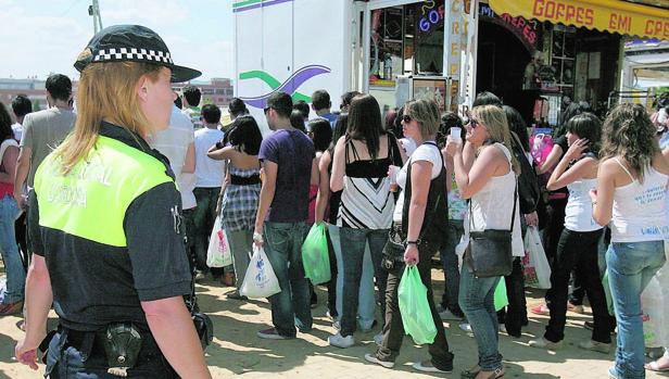 Una agente de Policía Local durante el miércoles de Feria, cuando los jóvenes hacen un macrobotellón
