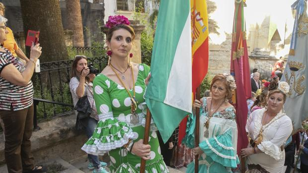 Rosa Flores durante la salida de la hermandad de Córdoba