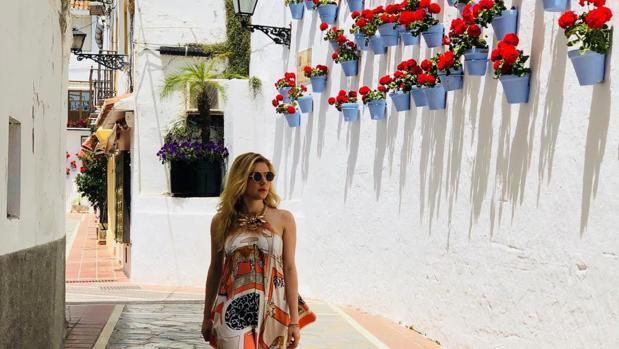 Katheryn Winnick pasea por las calles de Marbella
