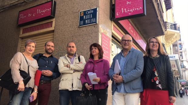 Dirigentes socialistas ante la placa del callejón María de Molina