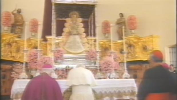 San Juan Pablo II orando ante la Virgen del Rocío