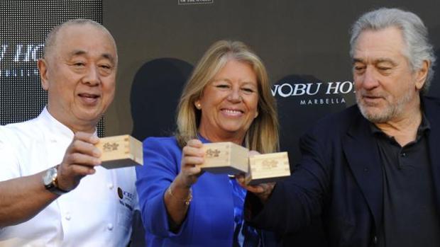 El cocinero Nobu San, la alcaldesa de Marbella, Ángeles Muñoz, y Robert de Niro brindan en la ceremonia del sake
