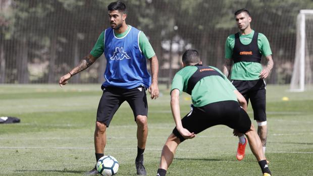 Aythami Artiles conduce el balón en el entrenamiento