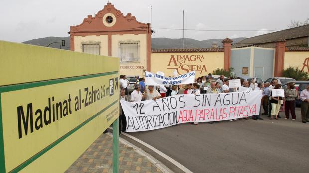 Manifestación de dueños de parcelas en la carretera que da acceso al yacimiento arqueológico