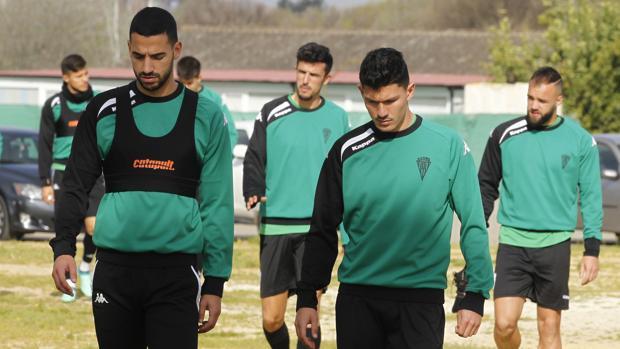 El pivote del Córdoba CF Álex Vallejo, a la derecha, se dirige a un entrenamiento